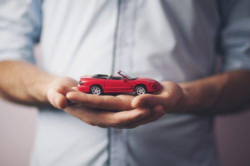miniatura-samochodu-w-dloni-mezczyzny