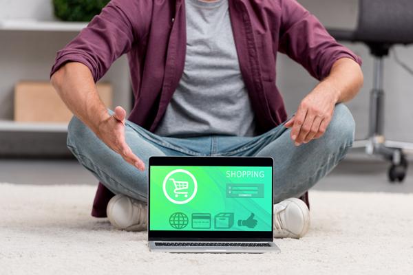 mezczyzna-i-laptop