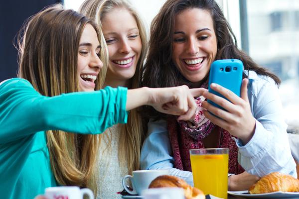 przyjaciolki-przy-telefonie