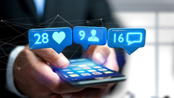 mezczyzna-uzywajacy-aplikacji-na-telefonie
